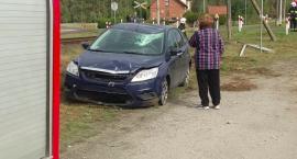 Wypadek w Łążku. Ford focus ściął słup i przeleciał przez torowisko
