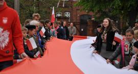 Święto Flagi w Świeciu - mieszkańcy ponieśli flagę, aż pod sam klasztorek. Potem był koncert [ZDJĘCIA]
