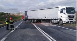 Wypadek w Grucznie. Kierowca ciężarówki wylądował w rowie