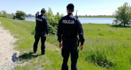 Fala wezbraniowa na Wiśle. Woda jest rozlana do wałów, policja patroluje okolice rzeki