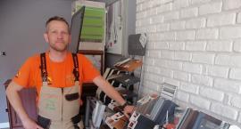 Pracował na etacie, teraz jego firma montuje okna. Czy lepiej jest być na swoim?