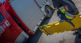 Mężczyzna w ciężkim stanie po wypadku. Strażacy musieli wycinać go z auta