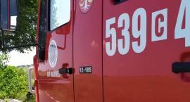 W Grucznie walczy 9 jednostek straży pożarnej. Płonie kompleks budynków gospodarczych