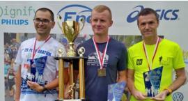 Policjanci ze Świecia wybiegali podium na półmaratonie w Pile. Byli szybsi niż rok temu