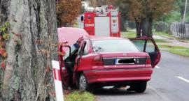 Młody kierowca wjechał w drzewa. Helikopterem został zabrany do szpitala