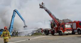 Trwa dogaszanie pożaru składowiska odpadów w Dworzysku [ZDJĘCIA, WIDEO]
