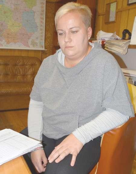 Opieka społeczna, Cierpi przez złamaną śrubę kręgosłupie - zdjęcie, fotografia