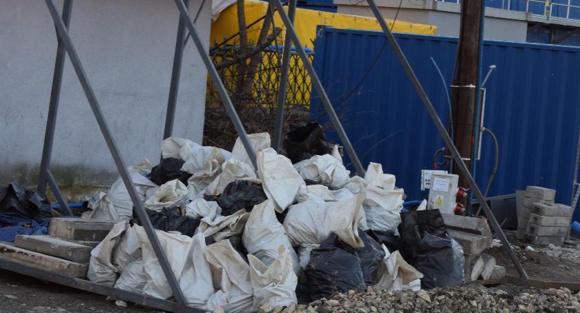 Interwencje, Ludzkie kości workach śmieci - zdjęcie, fotografia