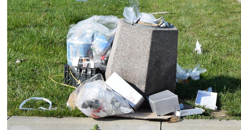 Interwencje, Śmieci fruwają placu - zdjęcie, fotografia