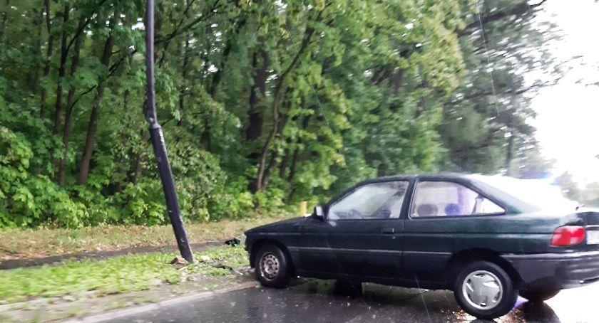 Wypadki, Zderzył latarnią - zdjęcie, fotografia
