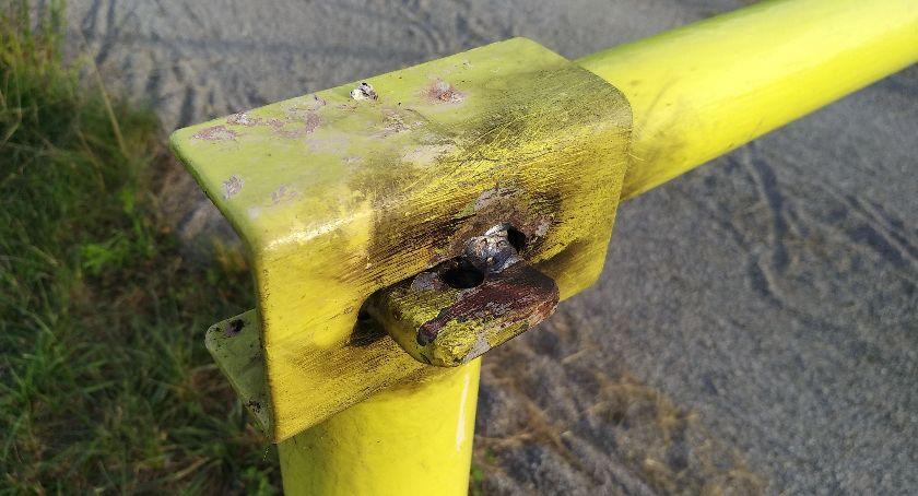 Interwencje, Zespawane szlabany wałach - zdjęcie, fotografia