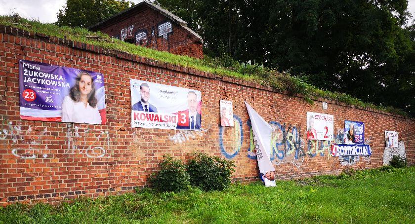 Polityka, Kandydaci niszczą zabytek - zdjęcie, fotografia