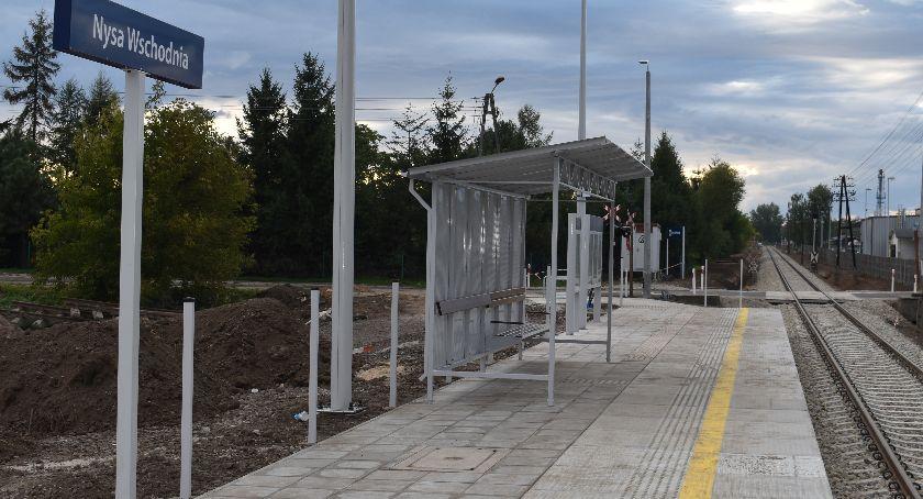 Komunikacja , Przystanek kolejowy przyszłym - zdjęcie, fotografia