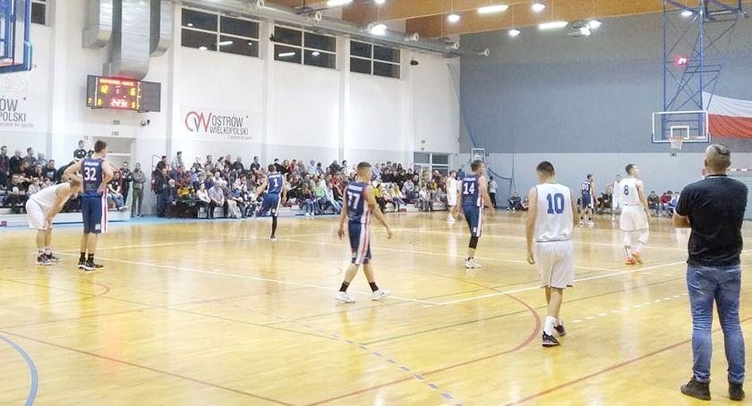 Koszykówka, Outsider tabeli pokonany - zdjęcie, fotografia