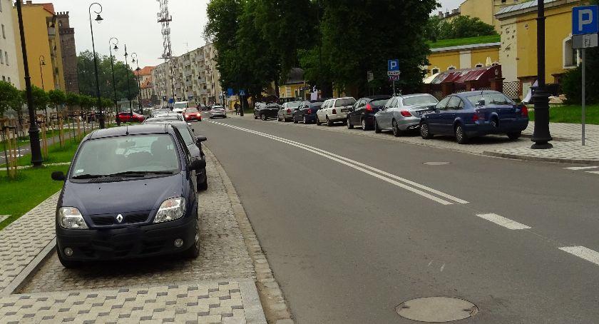 Powiat Nyski, Garaże zamiast parkingu - zdjęcie, fotografia