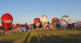 Niebo pełne kolorowych balonów
