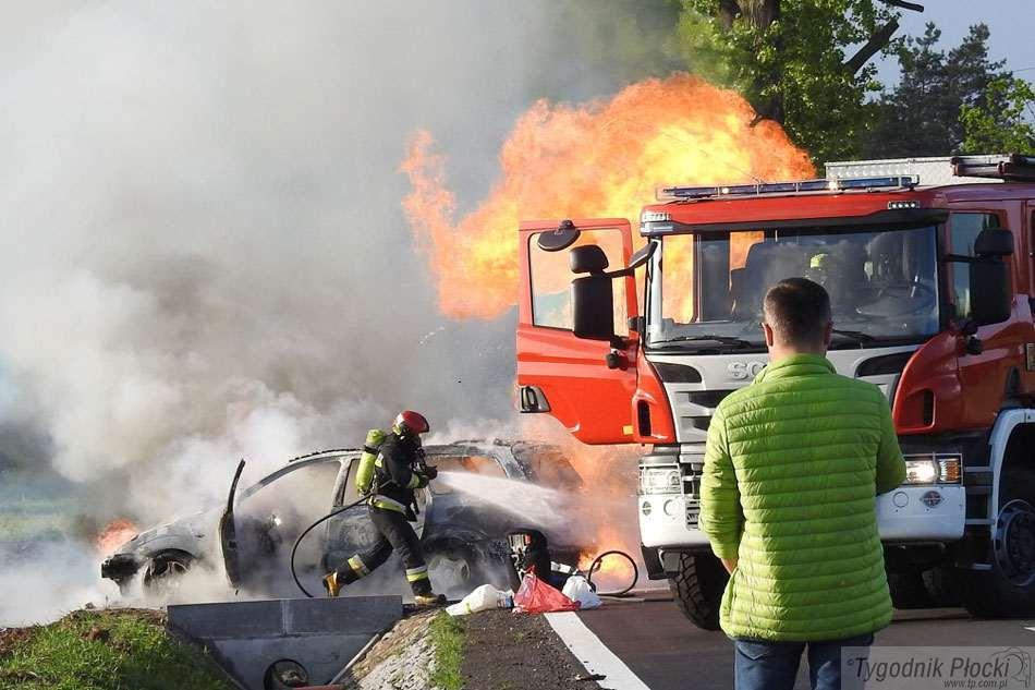 Wypadki drogowe, Samochód ogniu kierowcą pasażerami - zdjęcie, fotografia