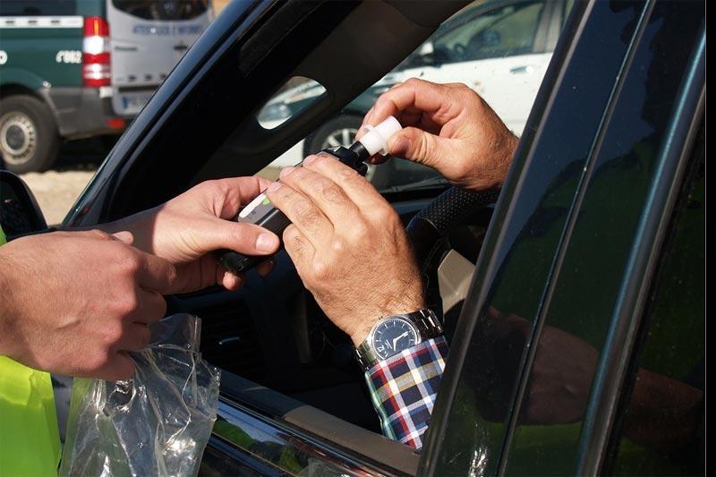 Wiadomości, Policjanci sprawdzają trzeźwość kierowców - zdjęcie, fotografia