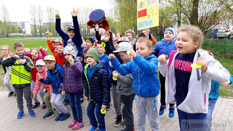 Edukacja - szkoły , Trawniki dzieci śmieci - zdjęcie, fotografia
