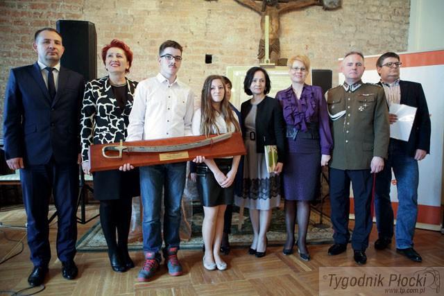 Edukacja - szkoły , Gimnazjaliści Borkowa wygrali Szablę Komendanta - zdjęcie, fotografia