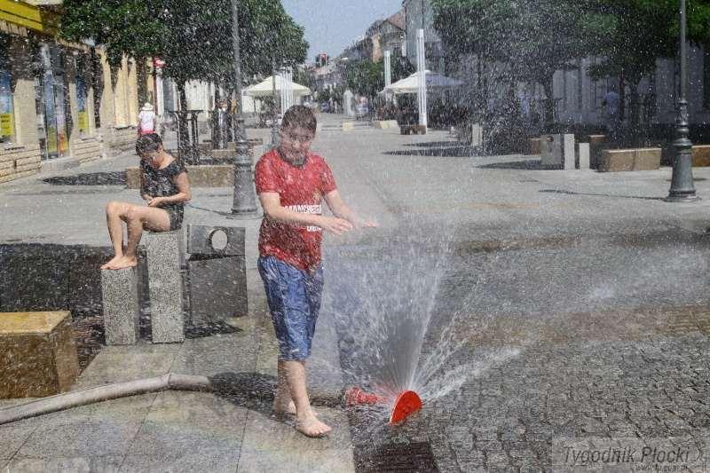 Wiadomości, Kurtyny wodne deszczownice płockich ulicach - zdjęcie, fotografia