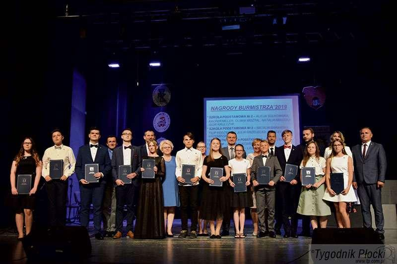 Aktualności, Dwanaście nagród burmistrza najlepszych uczniów - zdjęcie, fotografia