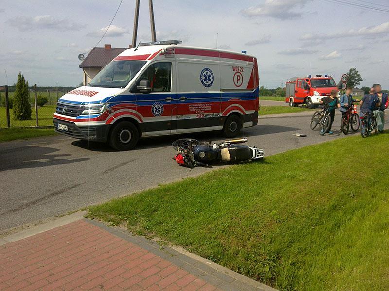 Wypadki drogowe, Zderzenie motocykla samochodu osobowego Kunkach Jedna osoba szpitalu - zdjęcie, fotografia