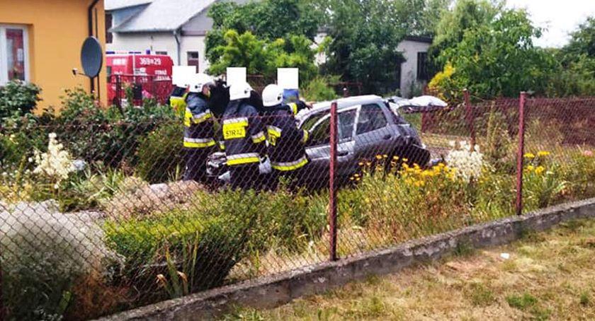Wypadki drogowe, Zjechał drogi ogródka kierowcą [ZDJĘCIA] - zdjęcie, fotografia