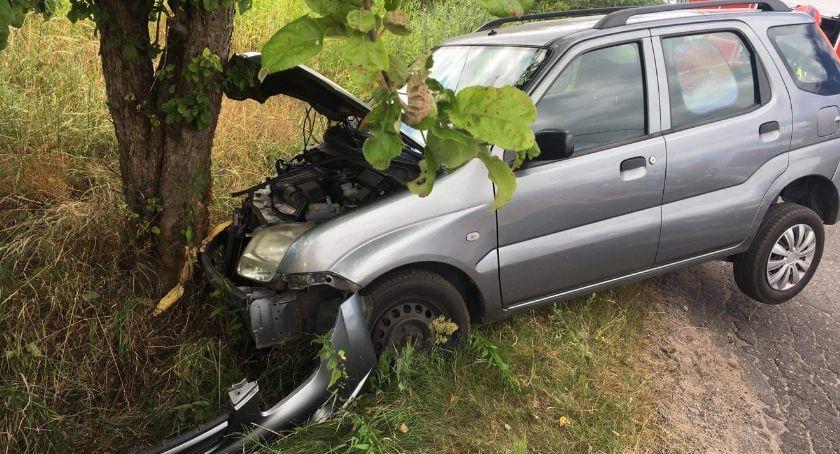 Wypadki drogowe, Samochód zatrzymał drzewie - zdjęcie, fotografia