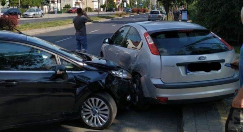 Wypadki drogowe, Stłuczka przed rondem - zdjęcie, fotografia