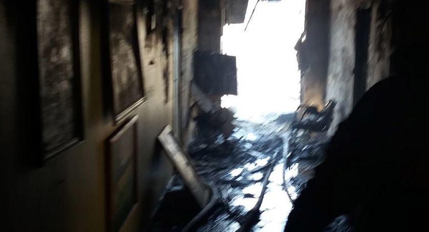 """W Nowym Miszewie cały czas trwa akcja strażaków po nocnym pożarze w Domu Pomocy Społecznej """"Nad Jarem""""."""