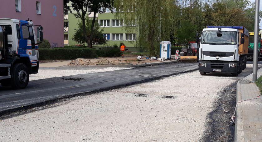 Inwestycje, Tysiąclecia kładą asfalt - zdjęcie, fotografia