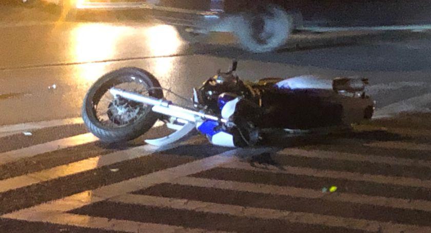 Wypadki drogowe, Potrącił motocyklistę uciekł miejscu zostały jednak tablice rejestracyjne samochodu - zdjęcie, fotografia