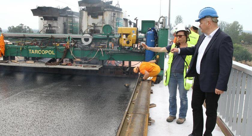 Inwestycje, starym moście kładą asfalt - zdjęcie, fotografia