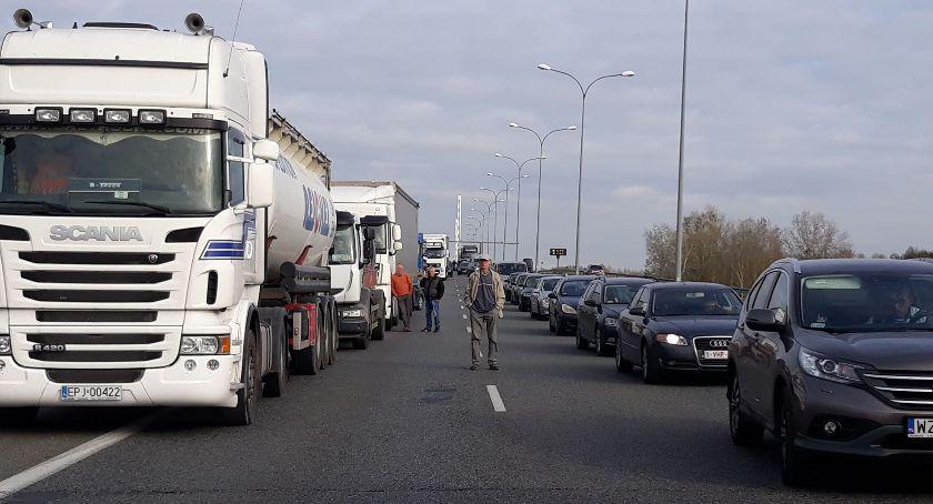 Wypadek, Wypadek Mostem Solidarności Tworzy spory korek [AKTUALIZACJA] - zdjęcie, fotografia