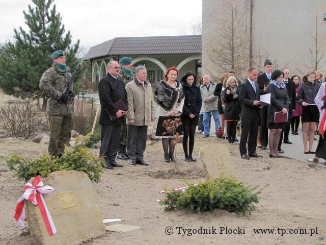 Edukacja - szkoły , Posadzili dęby pamięci braci Sobańskich - zdjęcie, fotografia