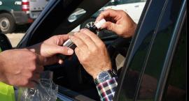 Policjanci sprawdzają trzeźwość kierowców