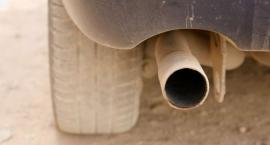 Policjanci sprawdzają emisję spalin