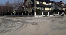 Publiczne rondo przed prywatnym domem