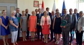 Urząd Marszałkowski podpisał umowy z samorządowcami