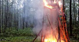 W płomieniach leśna ambona [ZDJĘCIA]