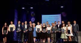 Dwanaście nagród burmistrza dla najlepszych uczniów