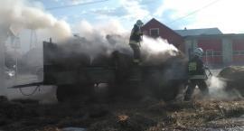 Przyczepa w ogniu. Pożar wybuchł przed remizą strażacką.