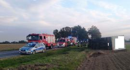 Ostre zbliżenie w Rębowie. Ciężarówka przewróciła się na polu