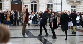 Uczniowie płockich szkół skandowali przed Ratuszem. Oczekują pomocy i zmian