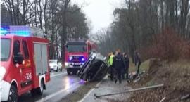 Dachowanie w Łącku. Fatalne warunki na drogach
