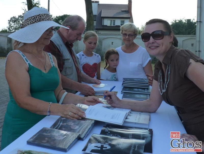 Książka, Lusia Ogińska wpisywała autografy książek - zdjęcie, fotografia