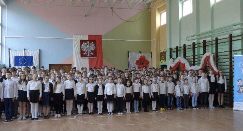 Szkoły Podstawowe, Oprócz Hymnu Państwowego zaśpiewali Rotę młodości - zdjęcie, fotografia