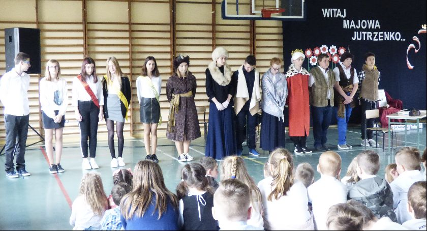 Szkoły Podstawowe, Bobrownikach uczniowie uczcili święto Konstytucji - zdjęcie, fotografia