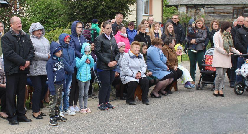 Społeczeństwo, Mieszkańcy ufundowali krzyż obelisk - zdjęcie, fotografia